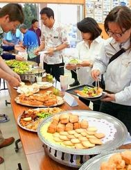 「もとぶピージャー」について語る会ではたくさんのアイデア料理が並んだ=4月17日、本部町瀬底集落センター