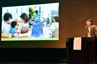 特別養子縁組で迎えた息子との日々を語る千田真司さん=11日、那覇市の県立博物館・美術館