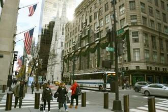 27日、人通りが少ないニューヨークの5番街(共同)