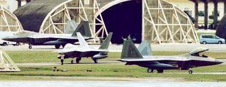 米軍嘉手納基地に暫定配備された最新鋭ステルス戦闘機F22(長崎健一撮影)