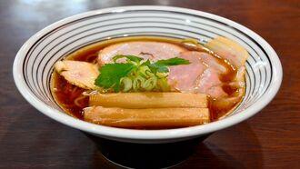 5種のしょうゆを合わせたラーメン「新世界」。鶏と豚の3種のチャーシューもこだわり