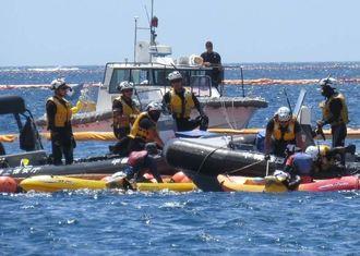 制限水域を越え、海上保安官に拘束されるカヌー挺の市民ら=17日午前10時50分、名護市・辺野古沖