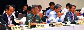 全国知事会議で米軍基地問題について発言する沖縄県の翁長知事(右から3人目)=日午前、福岡市内のホテル