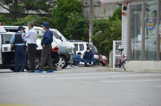 沖縄県うるま市の強盗未遂事件の現場で鑑識捜査を進める県警の捜査員ら=9日午前8時20分ごろ