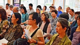 ペク・チュン弁護士の話に耳を傾ける憲法講演会の参加者=20日、大宜味村の塩屋公民館