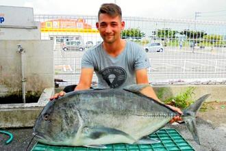 浜比嘉海岸で110センチ、15キロのロウニンアジを釣った原琢也さん=7月30日