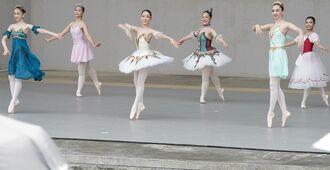 屋外のステージで、クラシックバレエを披露するスタジオドリームアートの子どもたち=25日、宜野湾海浜公園屋外劇場(下地広也)