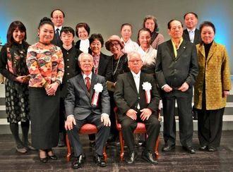 ニッセイ・バックステージ賞を受賞した新城栄徳さん(前列左)と兄の喜一さん(同右)=27日、東京・有楽町の日生劇場