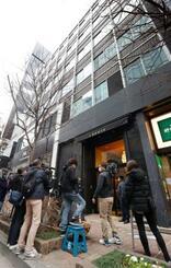 30億円相当のルビーの原石が盗まれたと通報があった現場のビル前に集まった報道陣。販売の委託を巡るトラブルとみられ、盗難ではなかった=27日午後2時30分、東京都中央区銀座