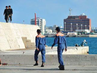 津波警戒で那覇新港内を巡回する消防署員=18日午前7時35分