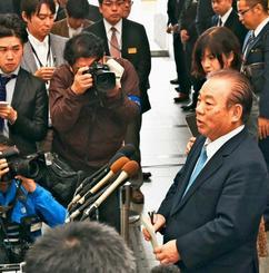 記者の質問に答える安慶田光男氏=23日午後3時6分、沖縄県庁