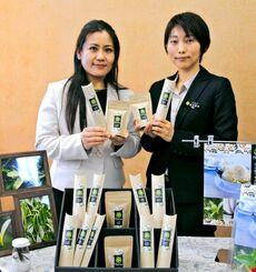 県産バニラビーンズをPRするChulaSyaの金城美沙江代表(左)と県工業技術センターの望月智代主任研究員=21日、県庁