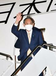 米ワシントン郊外のアンドルーズ空軍基地に到着した菅首相=15日(共同)
