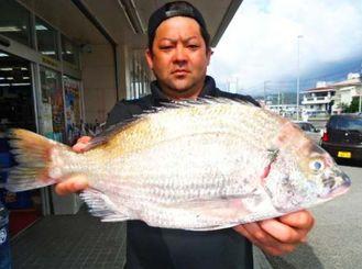 伊平屋島で46・5センチ、2・02キロのミナミクロダイを釣った国吉勇亮さん=4月29日