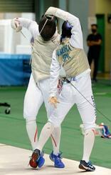 男子フルーレ準決勝 飯村一輝(右)からポイントを奪う永野雄大。決勝進出を決めた=駒沢体育館