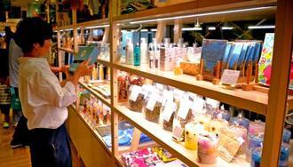 沖縄の工芸品や国内外の雑貨などを提供する新ブランド「樂園百貨店」のコーナー=13日、那覇市のデパートリウボウ