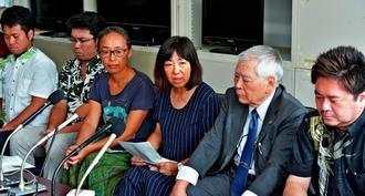 記者会見で、高江ヘリパッド差し止め訴訟の提訴理由を説明する原告=21日午前、県庁記者クラブ