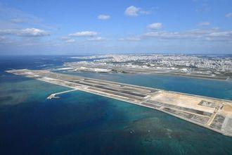 (資料写真)第2滑走路の建設が進む那覇空港=2018年12月