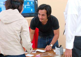 サインをする石川さん