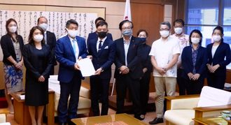 沖縄ローカルウエディング協会から要請書を受け取る赤嶺昇県議会議長(前列左から2人目)=24日、議長室