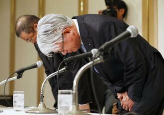 新たな不正の確認を発表し、記者会見で謝罪する神戸製鋼所の川崎博也会長兼社長=13日午後、東京都内のホテル