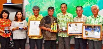 稲嶺進市長(左から4人目)に受賞を報告した山川良勝代表(同5人目)=2日、名護市役所