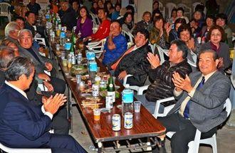勝利を拍手で祝った「自衛隊に賛成する会」の陣営=22日午後9時半、与那国町・祖納地区