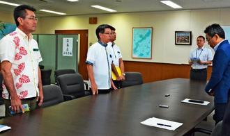 米軍のものとみられる銃弾が見つかった件で沖縄防衛局に抗議する恩納村の長浜善巳村長(左から2人目)と宮里勇区長(左)=17日、沖縄防衛局
