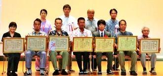 県発明くふう展の受賞者、関係者=県立武道館アリーナ(県発明協会提供)