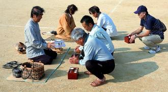 2月ウマチーで豊穣を祈る人々=3月21日、糸満市大里・高嶺小学校