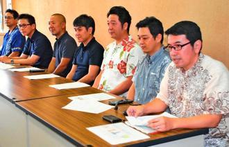 沖縄STEM教育センター設立について報告する宮里大八代表理事(右)ら=日、県庁