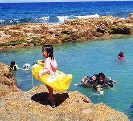 海岸を削って造った「プール」で初泳ぎを楽しむ子どもたち=18日、南大東村