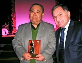 ペレイラ市長からサンファン・バウティスタ賞を授与された東江アントニオさん(左)=フロレンシオ・バレラ市のナウエル・クラブ