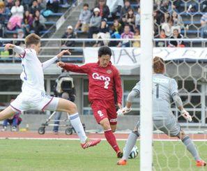 FC琉球-J―22選抜 前半、左サイドから攻め上がりシュートを放つFC琉球の浅田大樹=県総合運動公園陸上競技場
