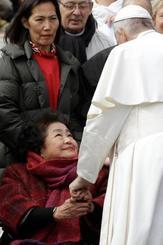 ローマ法王フランシスコ(右)の手を握るサーロー節子さん=20日、バチカン(AP=共同)
