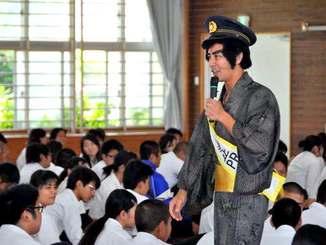 ユーモアを交え講話する護得久栄昇先生=5日、豊見城市・南部農林高校