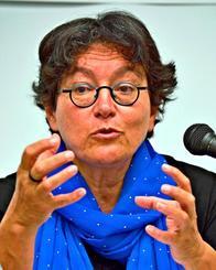 自由が奪われたパレスチナの人々の現状を訴えるアミラ・ハスさん=14日、西原町・沖縄キリスト教学院