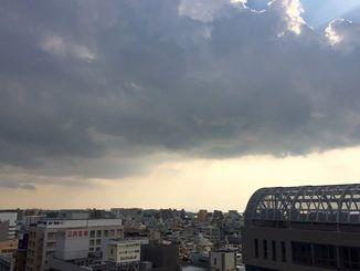 発達した積乱雲の下での落雷や突風、急な強い雨に注意を
