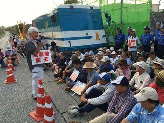 市町村議員や市民が座り込みを始めた=30日、名護市・米軍キャンプ・シュワブゲート前
