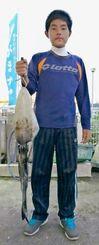 16日、海中道路で1・73キロのシルイチャーを釣った新里一誠さん。餌木はヤマシタ製3号(ピンク)