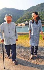 焼内湾を背にする大島安徳さん(左)と孫の綾さん。綾さんは宇検村教委の臨時職員として村誌編集にもかかわり「対馬丸事件や祖父の体験を忘れてはいけない」と語る=4日、宇検村宇検