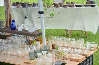 陶器やガラスも、芝生の上でみるとカジュアルな印象