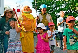 「みるく」と触れ合う家族連れ=21日、那覇市首里赤田町