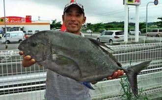 宜名真海岸で4・92キロのホシカイワリを釣った清水和彦さん=5月28日