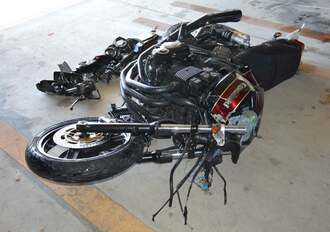 支柱に衝突し大破したバイク=4日、豊見城署