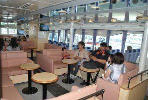 新造船「うみかじ2」の客席。離島航路で運航中の船舶では唯一というソファー席を配置している
