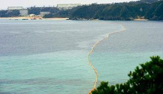 大浦湾を取り囲むように張られたオイルフェンス=21日午後4時20分、名護市辺野古沖(田嶋正雄撮影)