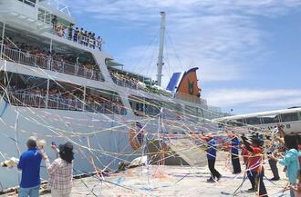 教育旅行民泊で伊平屋島を去る子どもたちと出港する船を見送る村民たち(伊平屋島観光協会提供)