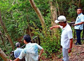 「集団自決」が起きた渡嘉敷村の現場は、慰霊や平和学習の場となっている。小松克己さんも昨年訪れた=2017年8月