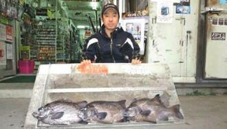 西原海岸で52・8センチ、2・66キロのガラサーミーバイを釣った新里信人さん=12日